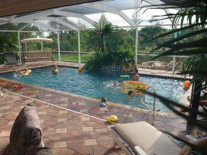 Grosszuegiger Pool: Immobilien Bonita Springs: Ferien Villa Bonita Springs zu verkaufen - Pool, Blick auf 2 Seen - 5000 qm Grundstueck + Separates Apartment